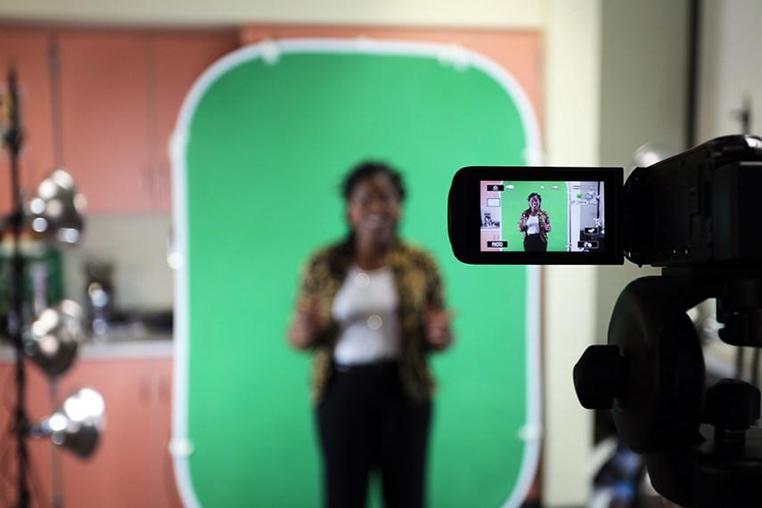 Schauspieler vor Greenscreen mit Kamera - Green-Screen Effekt