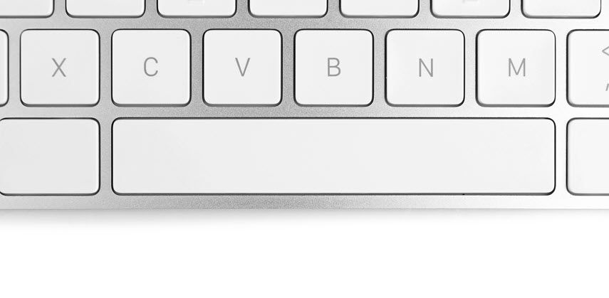 Nahaufnahme einer Tastatur zeigt die Leertaste und umliegende Tasten.
