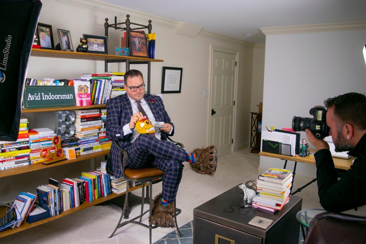 Jay Baer posiert in seinem häuslichen Arbeitszimmer für ein Foto